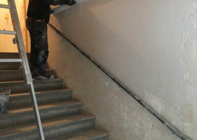 Trapphusets väggar putsas