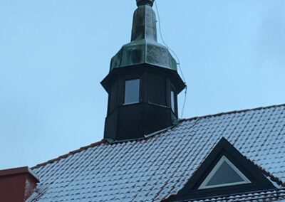 Det vackra tornet ger fint ljusinsläpp i lägenhet